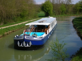 Cruising_Canal_in_Burgundy